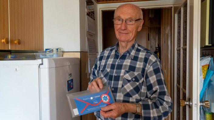 Koperta życia Caritas pomaga seniorom imedykom